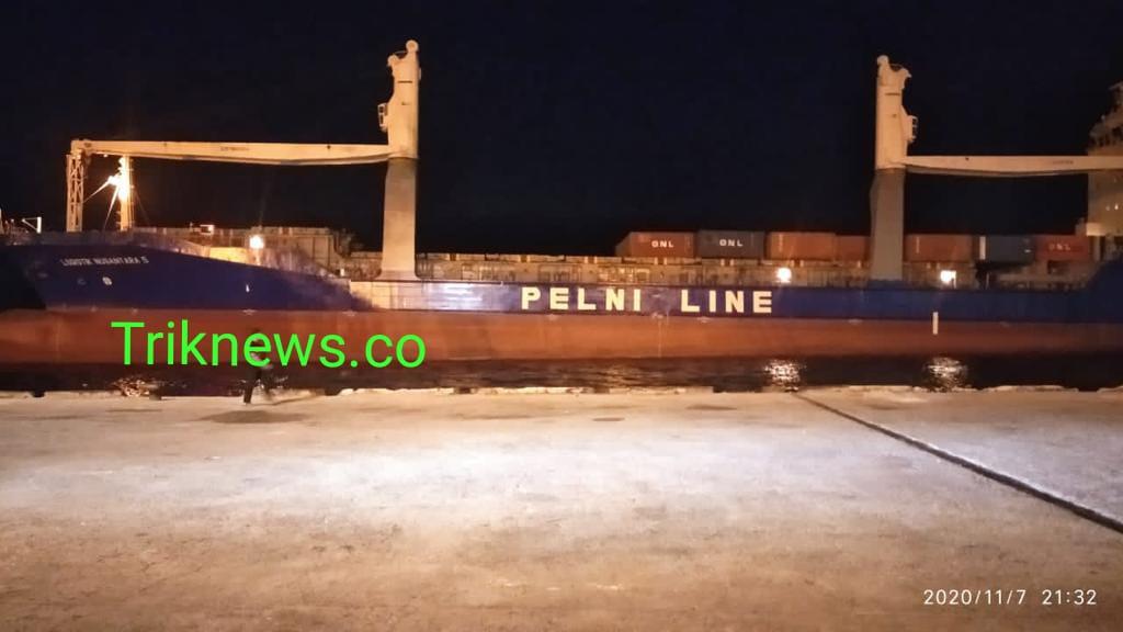 Kapal Petikemas Internasional Perdana Sandar Di Dermaga PT Pelindo I Cabang Dumai