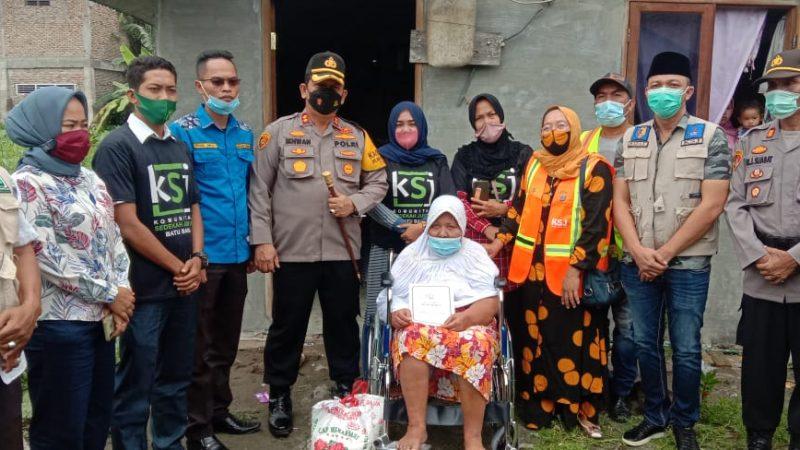 Peduli Terhadap Masyarakatnya,Kapolres Batu Bara Berikan Kursi Roda Kepada Ibu Nurhawani Penderita Kelumpuhan