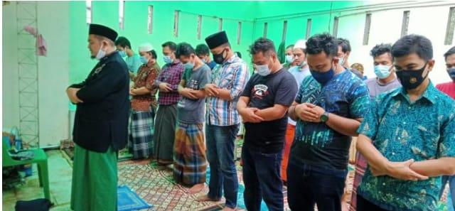 Pertebal Keimanan, Kanit Reskrim Polsek Baru, Gelar Sholat Jum'at Berjamaah Bersama Para Tahanan