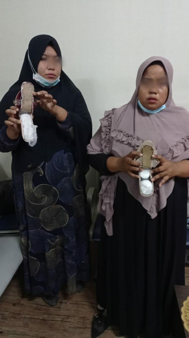 Sembunyikan Sabu 1,3 Kg di Sandal, 2 Wanita Asal Aceh Ditangkap Petugas Avsec Bandara Kuala Namo