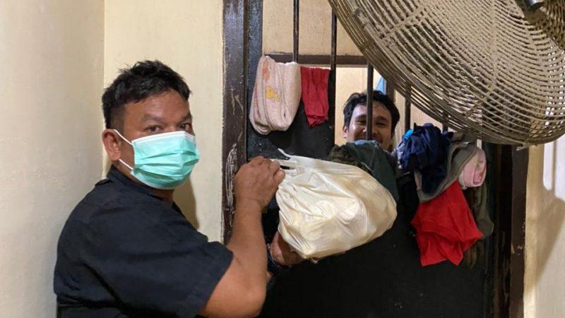 Polsek Medan Baru Kembali Beri Tahanan Makanan Malam Tambahan 50 Kg Ubi Rebus