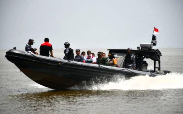 Forkopimda dan Unsur Instansi Maritim Bagikan Life Jacket kepada Nelayan Tanjung Balai Asahan