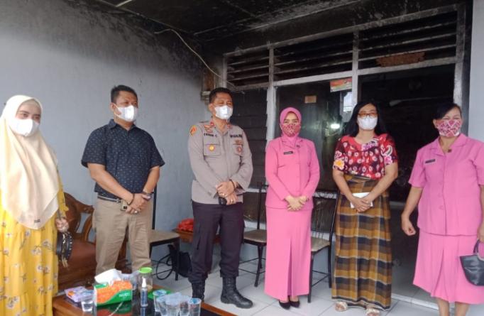Kapolsek Medan Area Dan Ketua Ranting Bhayangkari Berikan Bantuan Dana Tali Asih