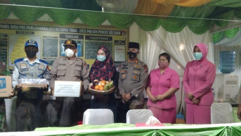Ketua Cabang Bhayangkari Medan dan Ketua Ranting Bhayangkari Percut Sei Tuan Bagi Bingkisan ke Kapospam