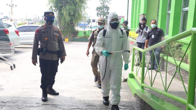 Polri, TNI dan Pemko Medan Semprotkan Cairan Desinfektan Skala Besar Cegah Covid-19
