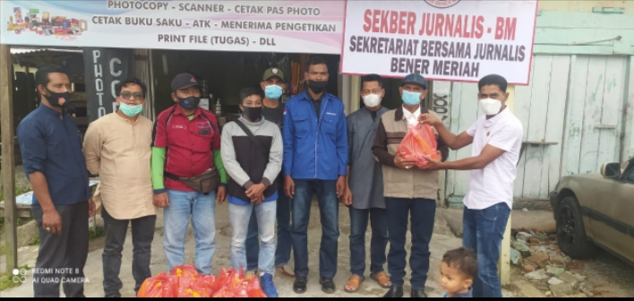 Ketua Sekber Jurnalis Bener Meriah Bagikan bingkisan Lebaran Pada Anggota Sekber